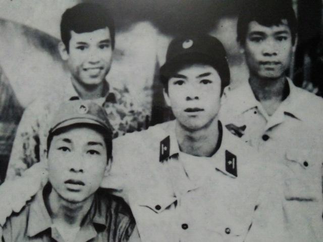 Hàng đứng: hai chú lính trinh sát cha tôi không nhớ tên. Hàng ngồi: chú Thủy, và cha tôi.