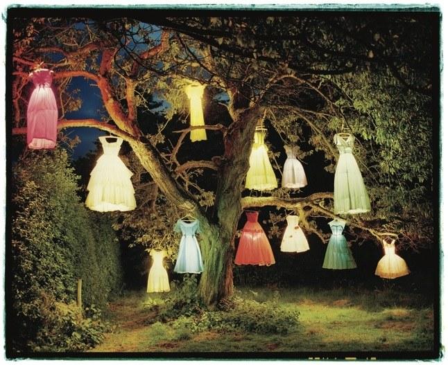 """Sarag Shun-lien Bybum - The Erlking (ảnh - Tim Walker, """"The Dress Lamp Tree, England"""" (2002) - Art + Commerce.jpg"""